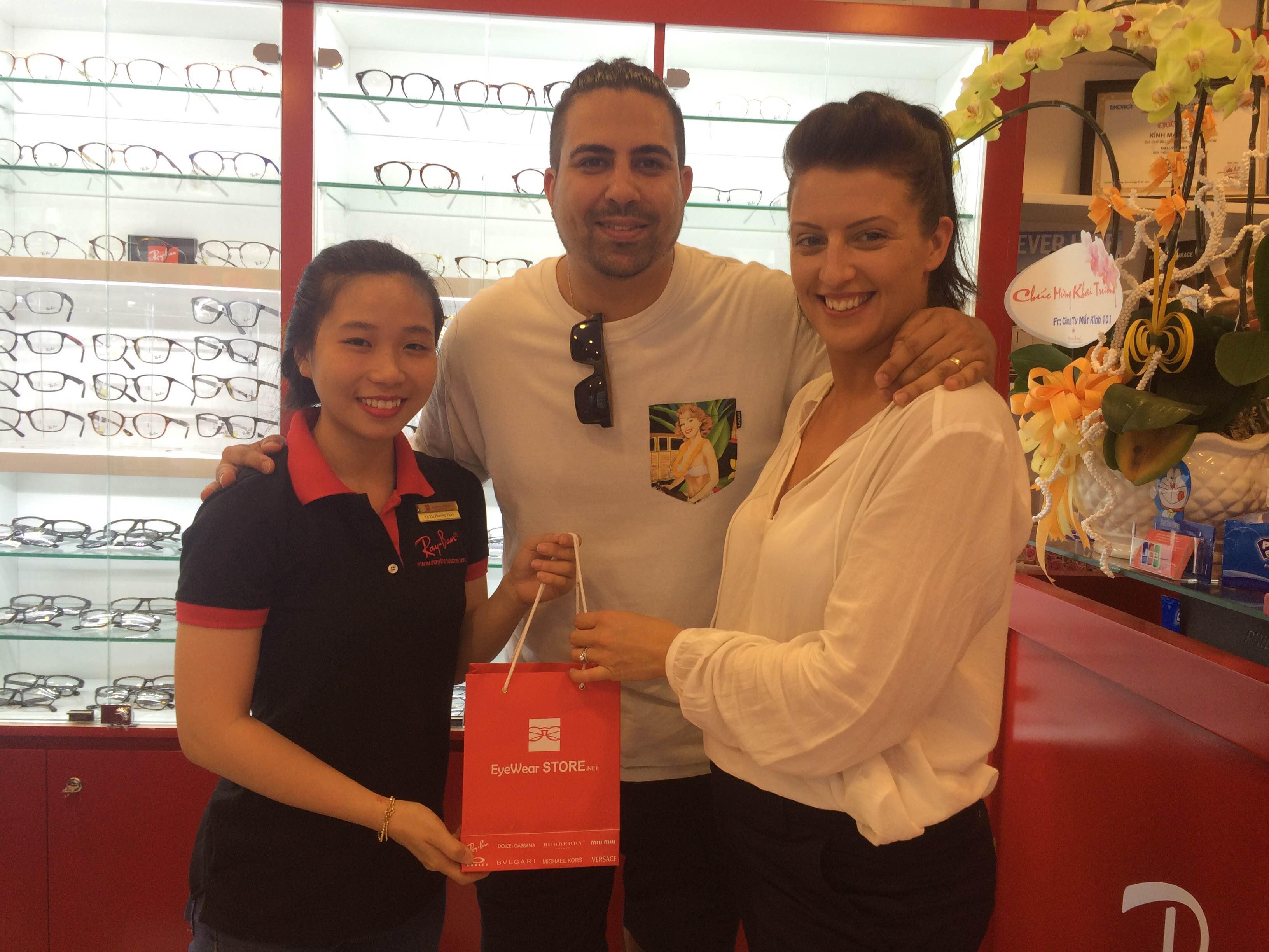 Hai Anh chị khách nước ngoài đã ủng hộ Eyewear STORE mẫu Versace cao cấp