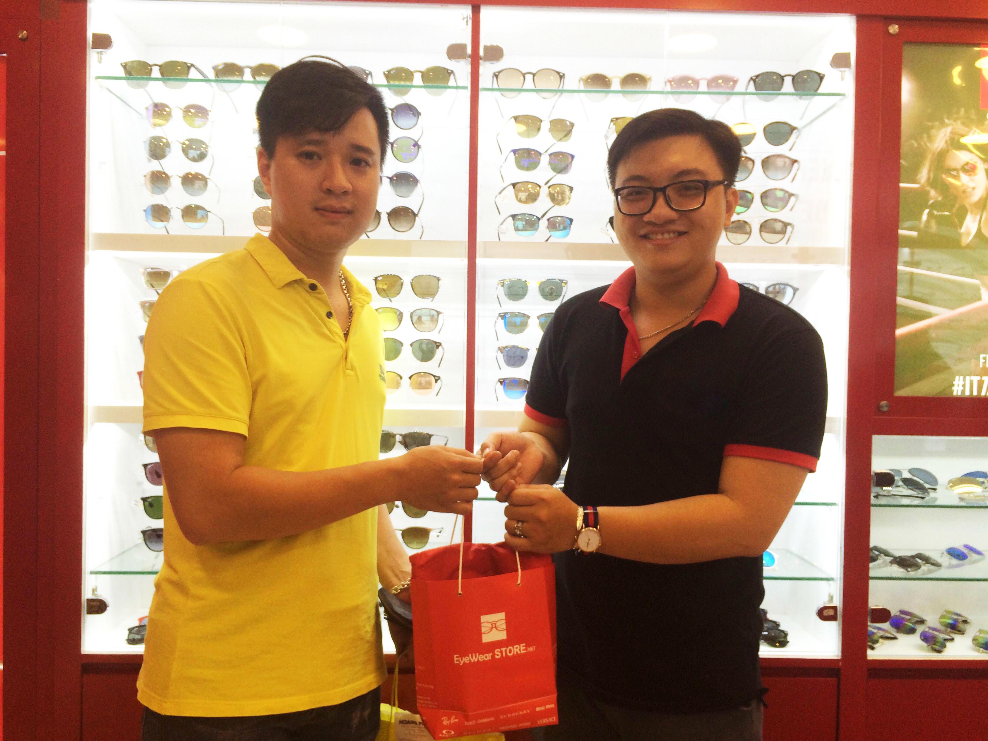Khách hàng ủng hộ Eyewear STORE SG