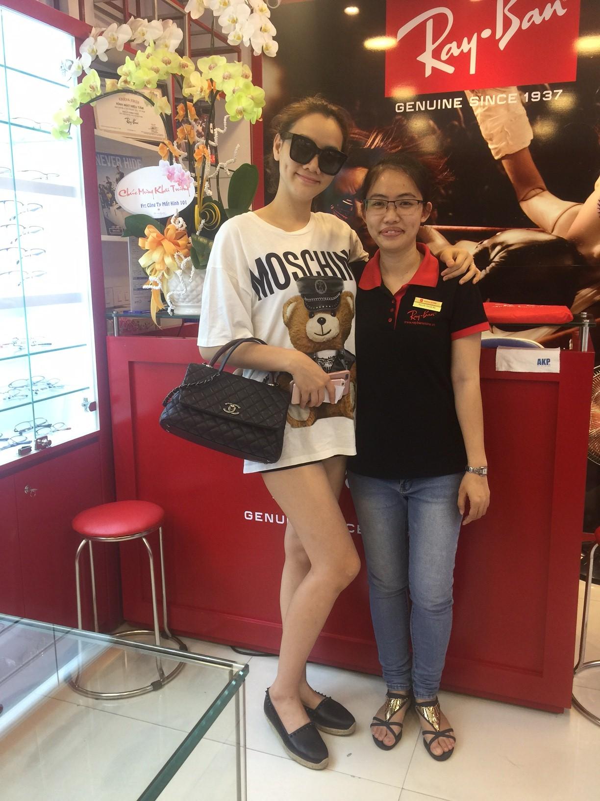 Người mẫu Trang Nhung mua hàng tại Eyewear STORE