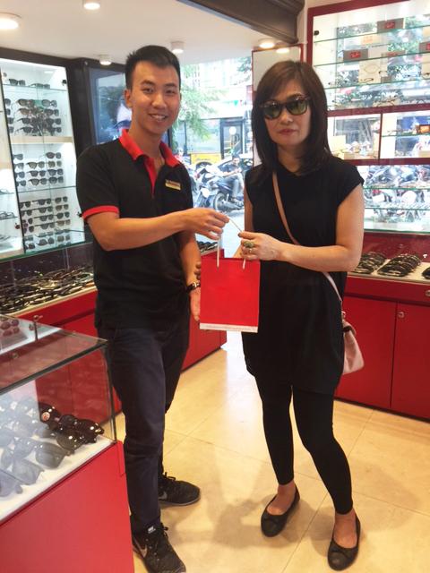Khách hàng mua sắm tại Eyewear STORE hn